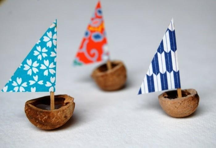 piccole-barche-realizzate-gusci-noci-vela-carta-triangolare-differenti-motivi-stuzzicadenti-asta