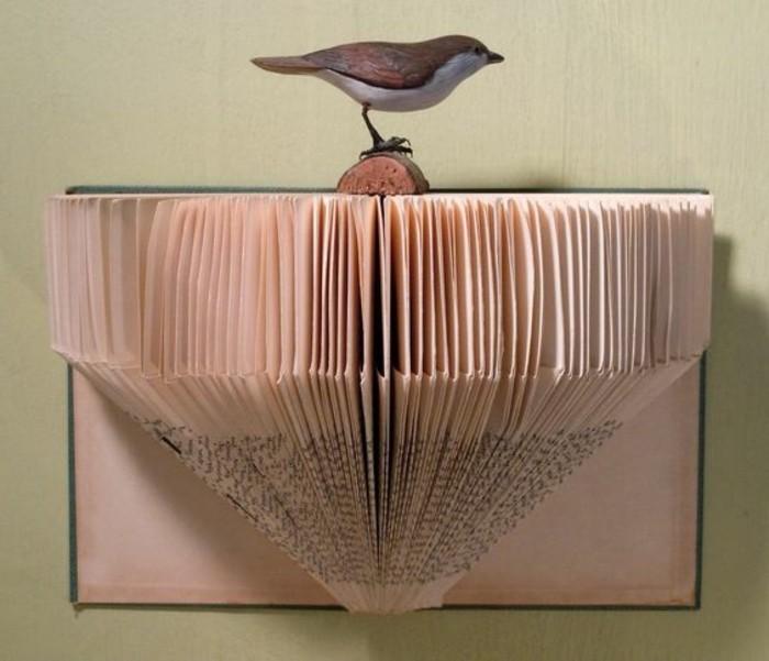 piegando-pagine-libro-dando-forma-oggetti-originali-appendere-muro
