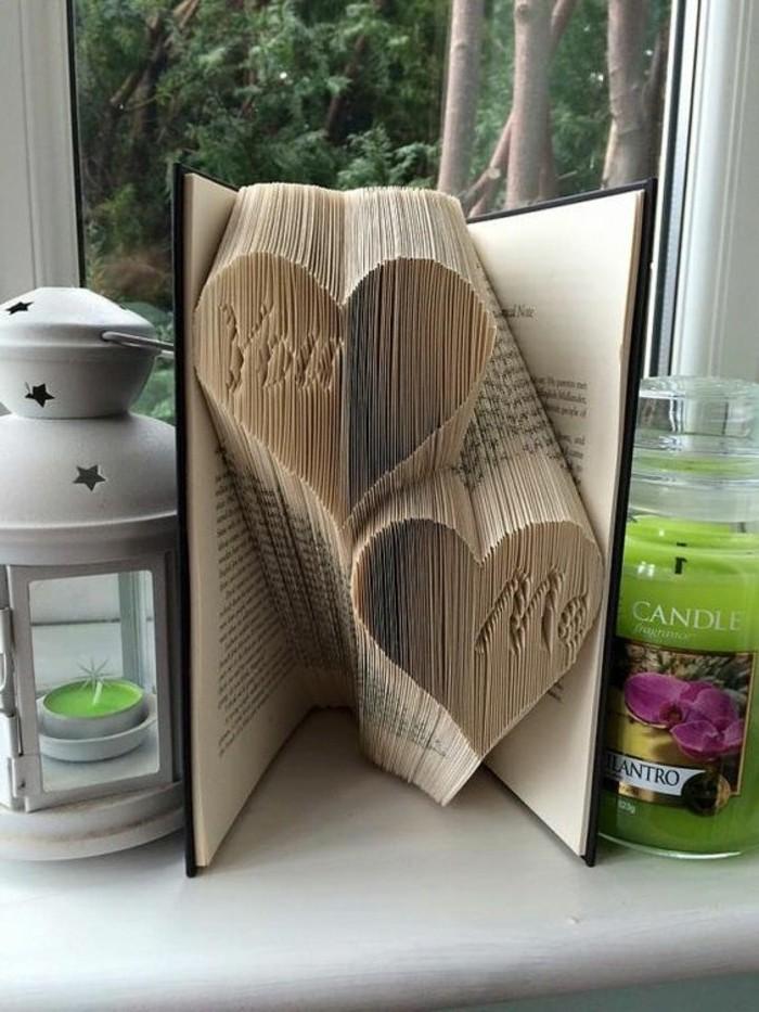 piegando-pagine-libro-possibili-dare-forma-oggetti-graziosi-due-cuori-iniziali