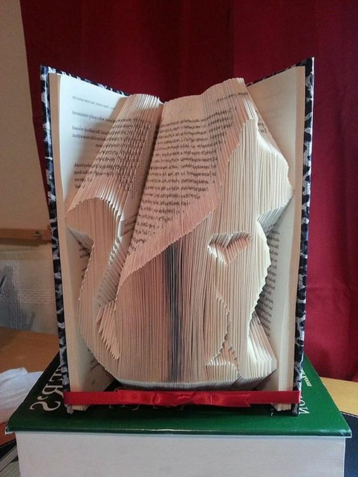 piegare-libri-creando-figure-carine-originali-come-un-gattino-cuore-interno