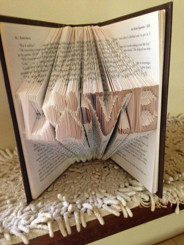 piegare-libri-scritta-love-interno-zampina-animale-realizzata-maniera-semplice-divertente