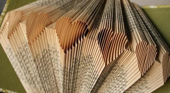 piegare-pagine-libro-dare-forma-tanti-piccoli-cuori-da-regalare