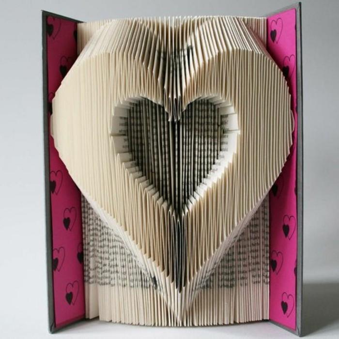 piegare-pagine-vecchio-libro-creando-cuore-interno-altro-cuore