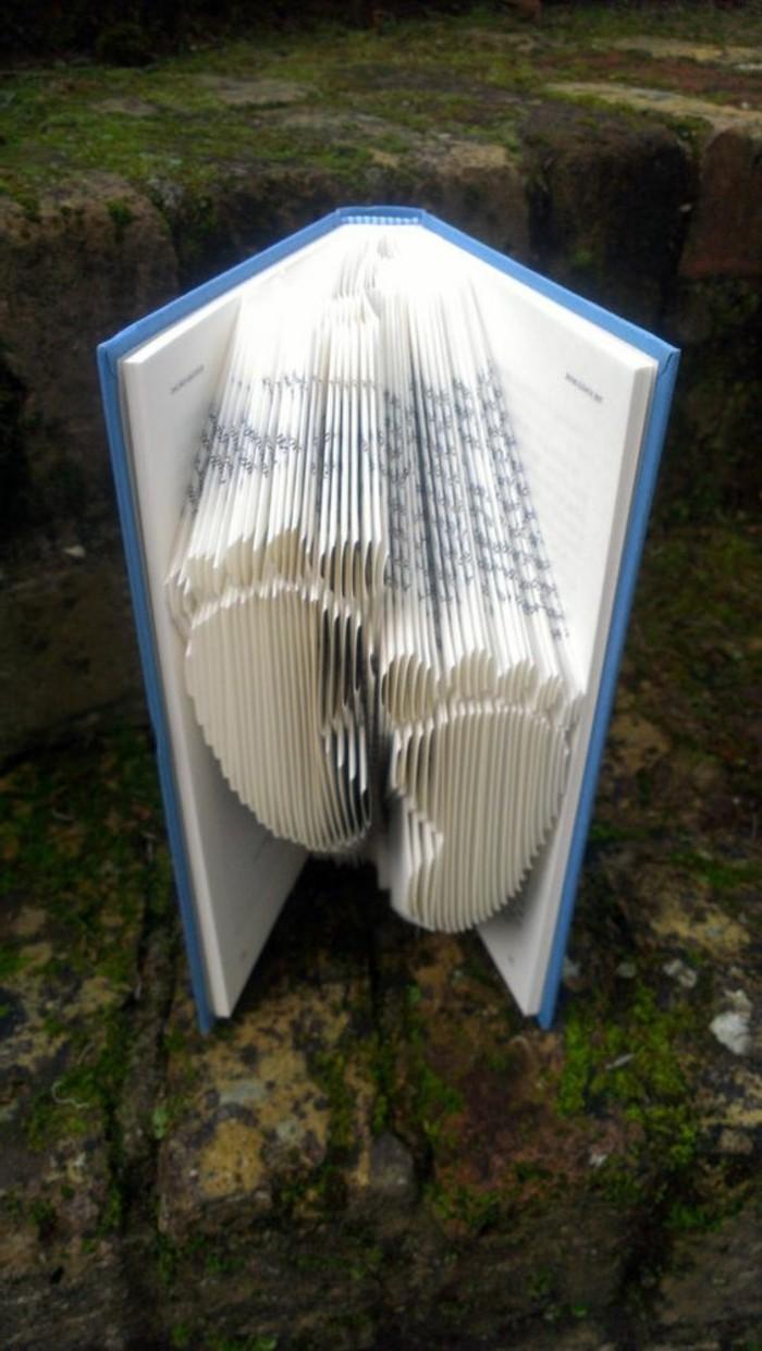 piegare-pagine-vecchio-libro-creare-impronte-bimbo-idea-graziosa-nascita