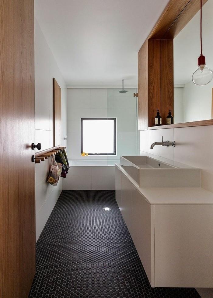 pittura-bagno-bianca-locale-lungo-stretto-vanity-bianco-dettagli-legno-pavimento-scuro