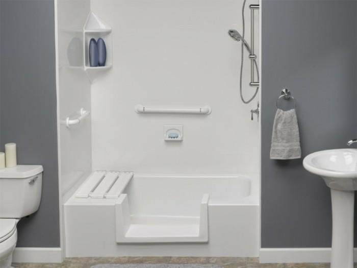 pittura-bagno-color-grigio-zoccolino-bianco-vasca-doccia-apertura-frontale-sanitari-bianchi
