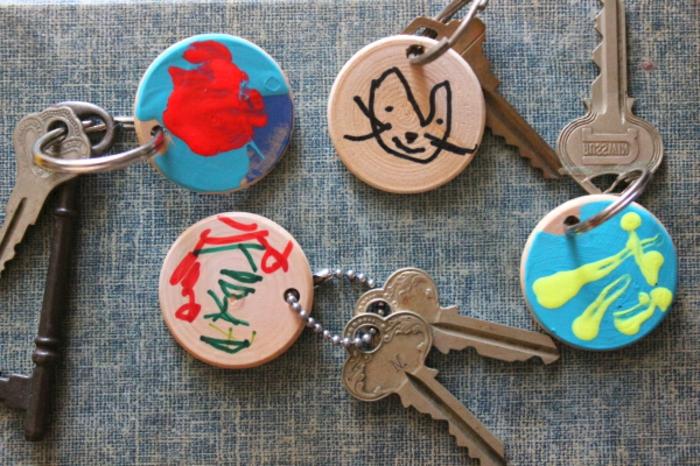 portachiavi-fai-da-te-bambini-legno-forma-rotonda-colorato-decorato-vernice-acrilica-chiavi-idea-regalo-festa-papà