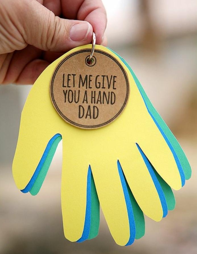 portachiavi-originale-carta-anello-metallo-idea-lavoretti-creativi-bambini-festa-del-papà-mani-cartone-colorato-scritta