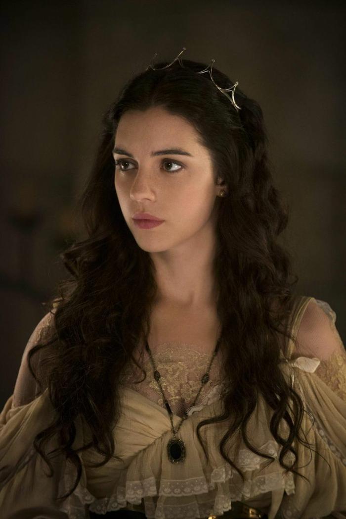 proposta-pettinatura-stile-medievale-ragazza-capelli-lunghi-castano-scuri-abito-epoca