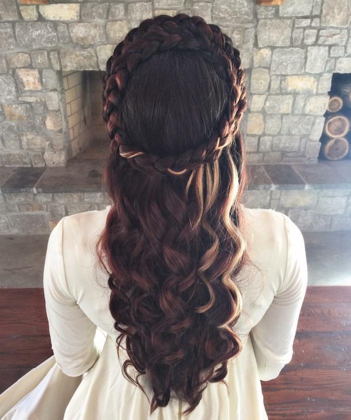 proposta-pettinatura-stile-medievale-ragazza-spalle-capelli-lunghi-ondulati-castani-treccia-corona