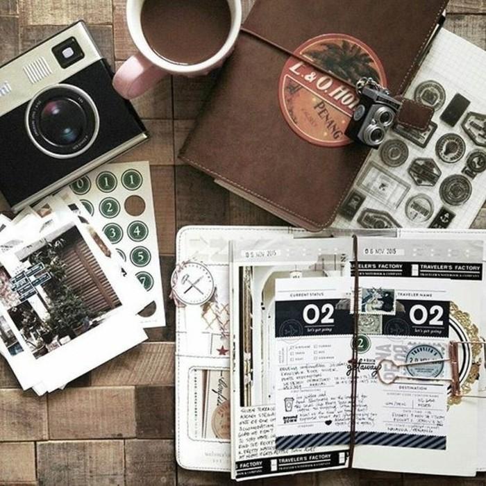 quaderno-di-viaggio-distintivi-di-viaggio-francobolli-collage-scritte-macchina-fotografica-vintage-tazza-caffè