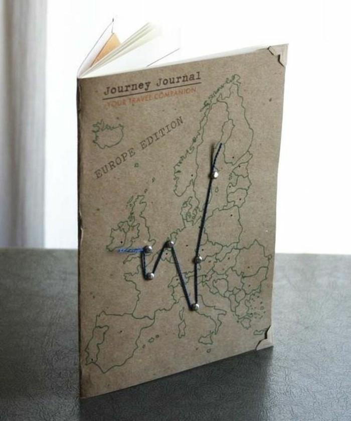 quaderno-di-viaggio-idea-copertina-itinerario-filo-colore-blu-mappa-scritta-foglio-rigido