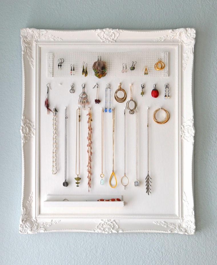 un porta gioie davvero originale: un elegante quadro bianco dotato di tanti gancini