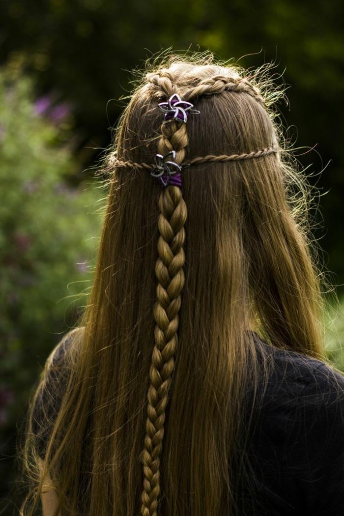 ragazza-capelli-lisci-biondo-cenere-raccolti-treccia-lunga-decorata-piccoli-fiori-viola