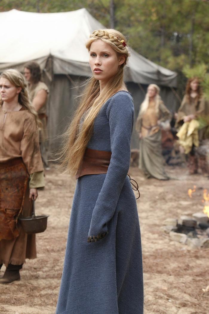 ragazza-capelli-lisci-lunghi-acconciatura-treccia-corona-vestito-stile-medievale