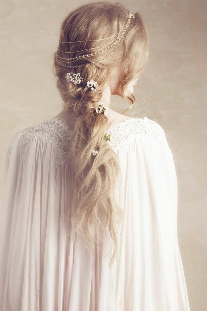 ragazza-capelli-lunghi-biondi-acconciatura-stile-medievale-fiori-perline-decorazioni