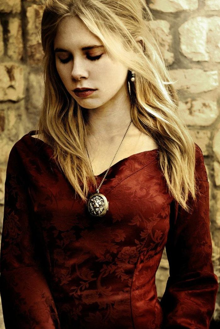 ragazza-capelli-lunghi-biondi-leggermente-ondulati-vestito-rosso-stile-medievale