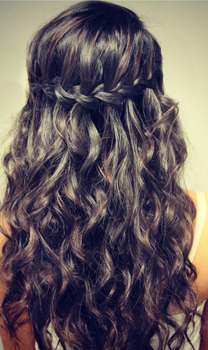 ragazza-capelli-lunghi-castani-ondulati-treccia-corona-ispirazione-medievale