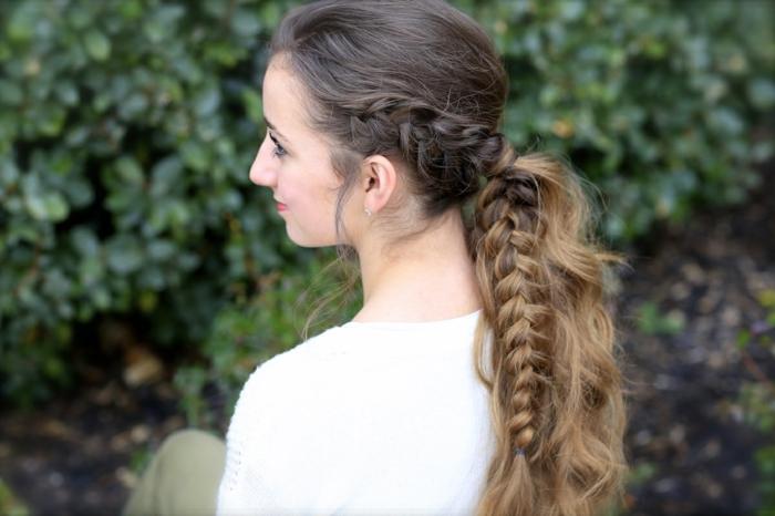 ragazza-capelli-lunghi-castano-chiari-treccia-lato-stile-medievale
