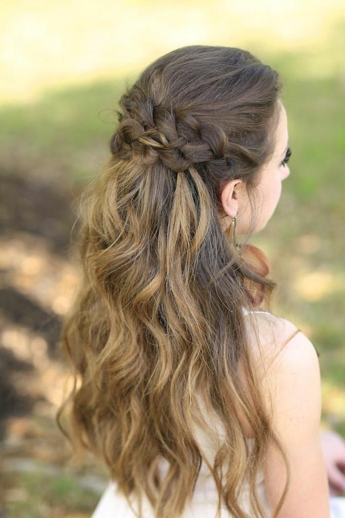 ragazza-capelli-lunghi-ondulati-castano-chiaro-due-trecce-parte-superiore