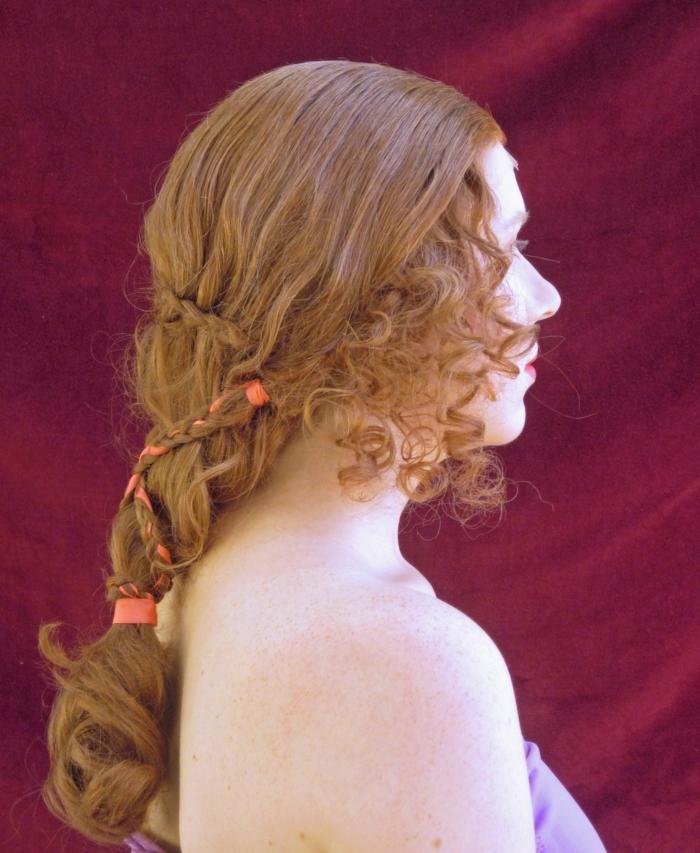 ragazza-capelli-lunghi-ondulati-ramati-raccolto-stile-medievale-nastri