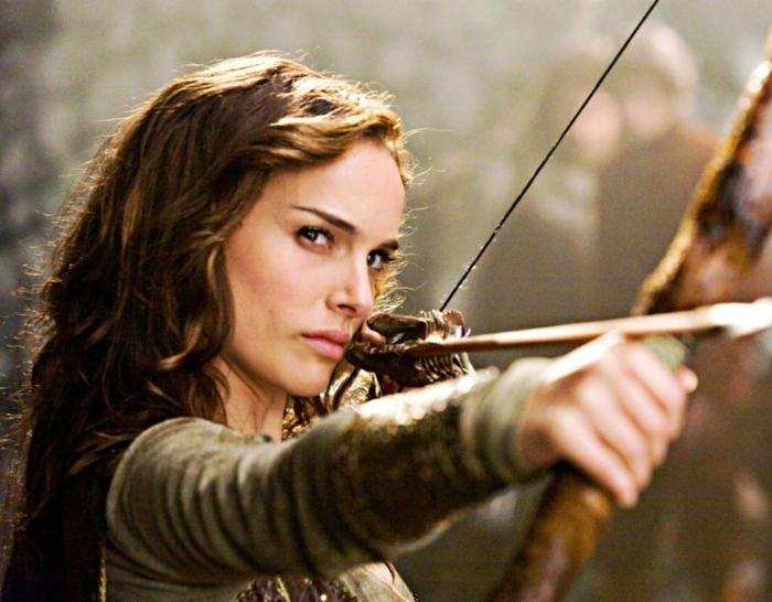 ragazza-capelli-lunghi-ondulati-vestito-arco-freccia-scena-medievale