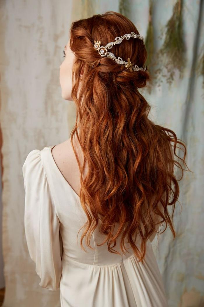 ragazza-capelli-lunghi-ramati-ondulati-semi-raccolti-decorati-coroncina-abito-bianco