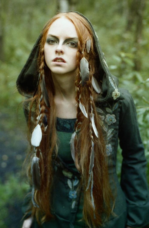 ragazza-capelli-molto-lunghi-ramati-lisci-decorati-serie-piume-raccolti-piccole-trecce