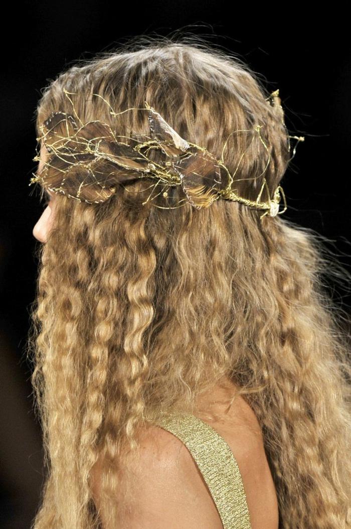 ragazza-capelli-ondulati-lunghi-biondi-corona-originale-stile-medievale