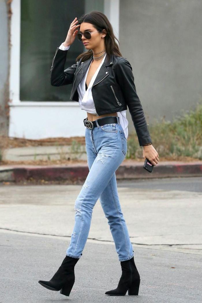 ragazza-giovane-look-casual-jeans-chiari-stivaletti-neri-abbinati-giacca-pelle-corta-cintura-occhiali-da-sole