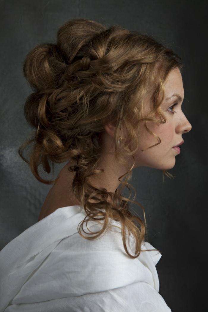 ragazza-profilo-elaborata-acconciatura-riccioli-morbidi-stile-medievale-ciuffi-liberi-viso