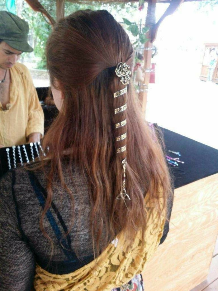 ragazza-spalle-mostra-acconciature-stile-medievale-semi-raccolto-nastro-argentato