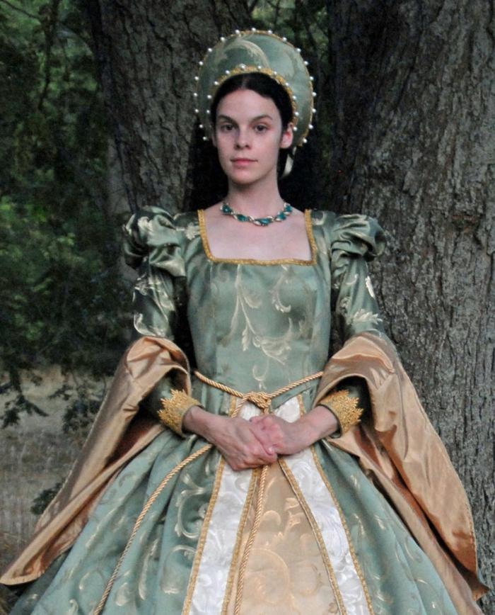 ragazza-vestita-stile-medievale-abito-pomposo-copricapo-tinta-capelli-lunghi-castani