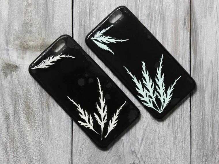 regali fatti a mano, delle cover per il telefono cui sono state applicate delle decorazioni, un'idea tutta da personalizzare