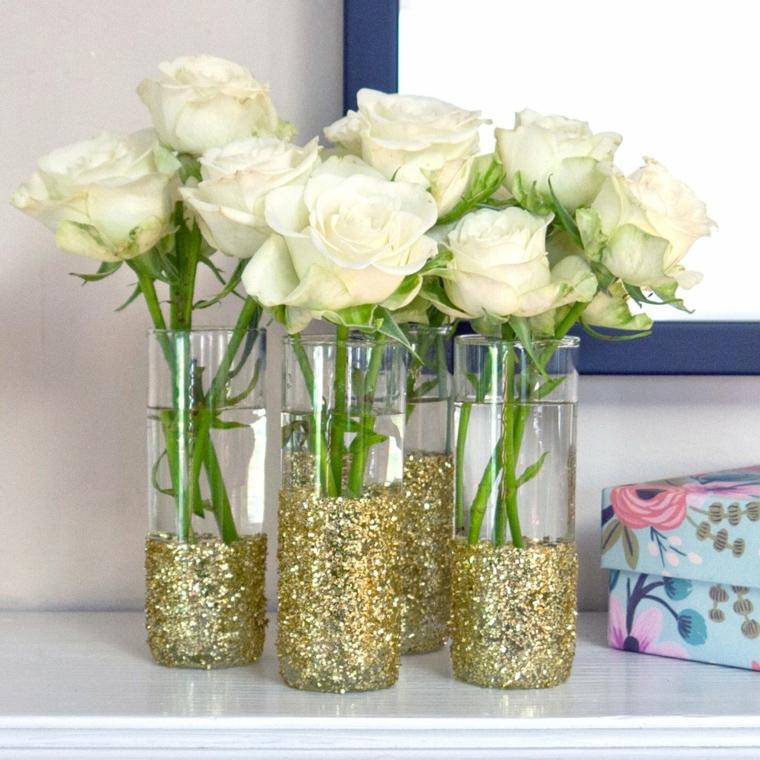 idee regali fai da te, dei vasi di vetro decorati con dei brillantini dorati: una proposta tutta da personalizzare