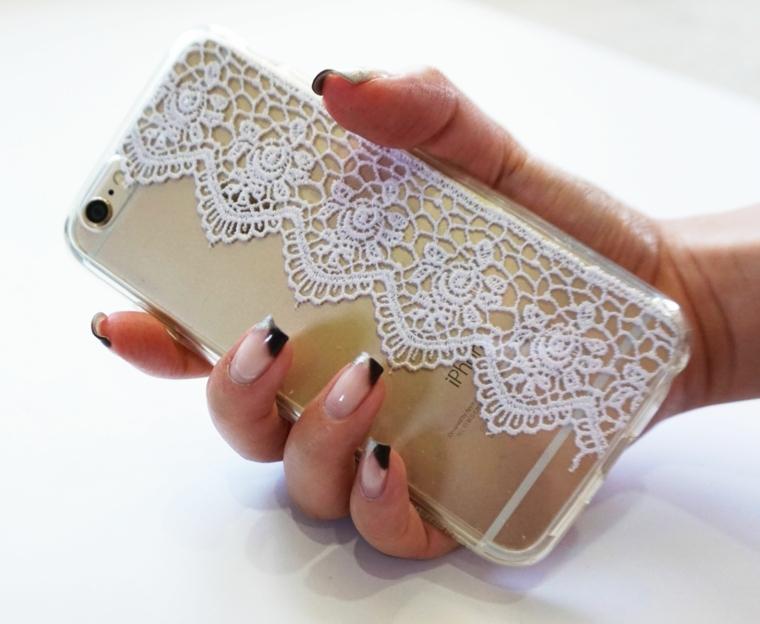 regali fai da te, una cover per il telefono creata con una striscia stoffa ricamata all'uncinetto