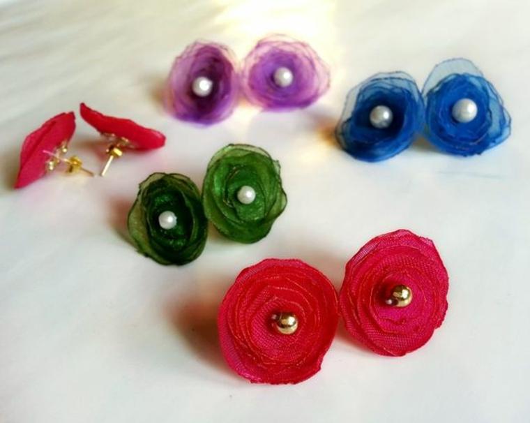 idee regalo fai da te, degli orecchini a forma di fiore realizzati con della stoffa colorata e delle perle bianche e oro