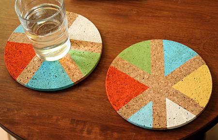 regali-per-la-festa-del-papà-sottobicchiere-forma-cerchio-sughero-colorato-triangoli-idea-fai-da-te-bambini