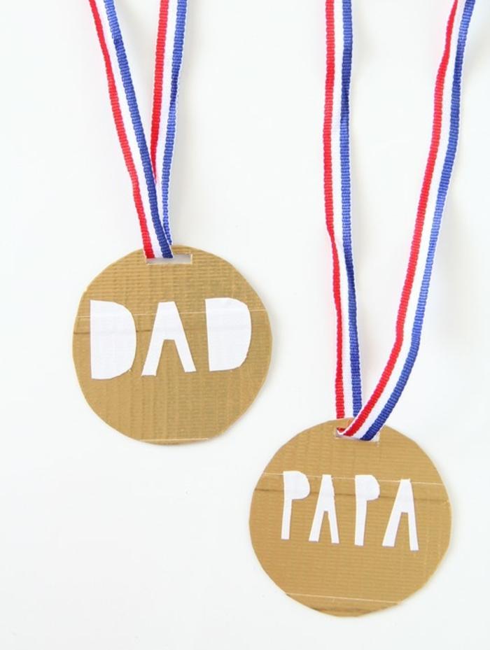 regali-per-papà-festa-medaglia-fai-da-te-bambini-miglior-papà-collana-tessuto-ciondolo-legno-scritta