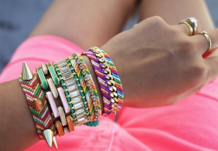 regalo-amica-tanti-braccialetti-realizzare-fa-te-perline-borchie-tanti-colori-forme-diverse