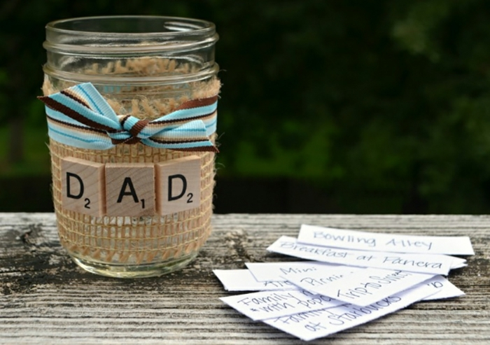 regalo-papà-barattolo-vetro-decorato-lettere-legno-nastro-azzurro-bigliettini-scritte-attività-fare-insieme