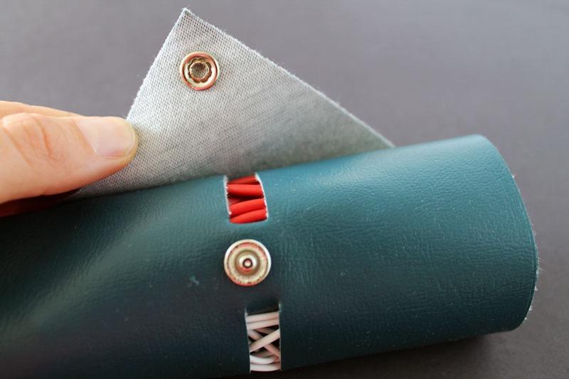 regalo-papà-rotolo-pelle-supporto-cavi-colore-verde-tenere-ordine-cuffie-caricabatterie-idea-regalo-fai-da-te
