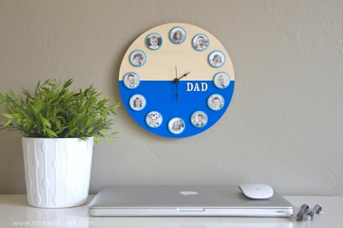 regalo-per-papà-orologio-da-parete-colore-blu-beige-legno-immagini-bambini-pianta-da-appartamento-computer-portatile-mousse