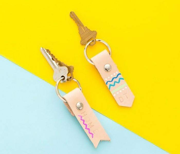 regalo-per-un-amica-speciale-porta-chiavi-in-cuoio-personalizzati-tecnica-fai-da-te