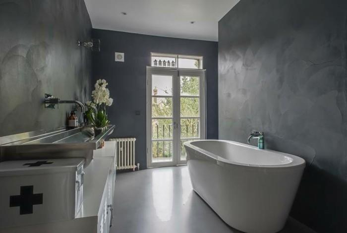 resina-bagno-pareti-grigie-effetto-sfumato-vasca-design-bianca-grande-finestra-fiori