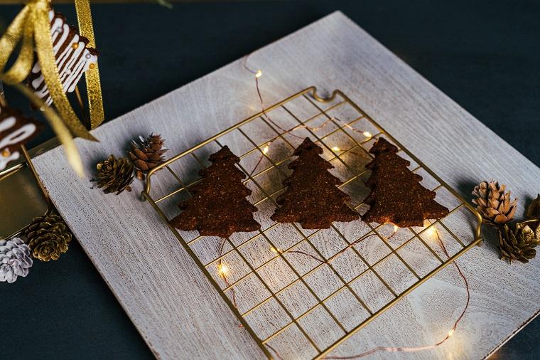 Biscotti natalizi da regalare, rete di metallo con biscotti, filo di lucine natalizie