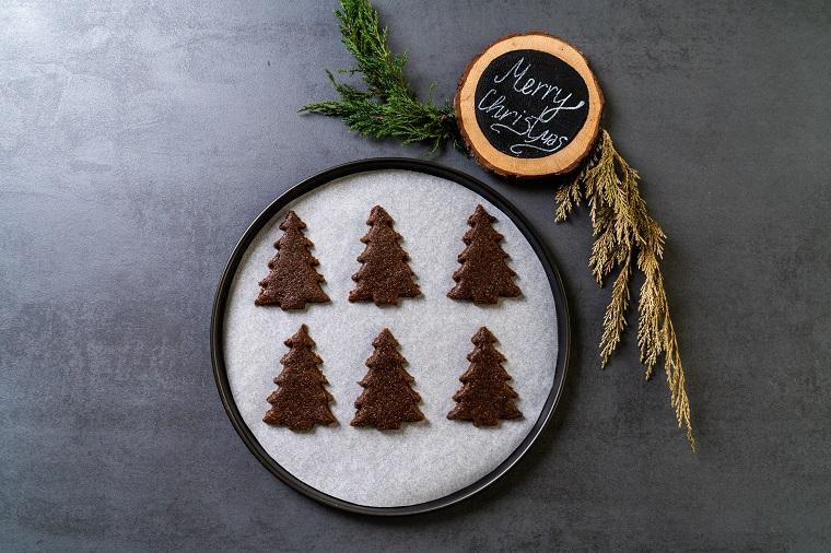 Biscotti di Natale decorati, biscotti a forma di Albero di Natale, teglia con carta da forno