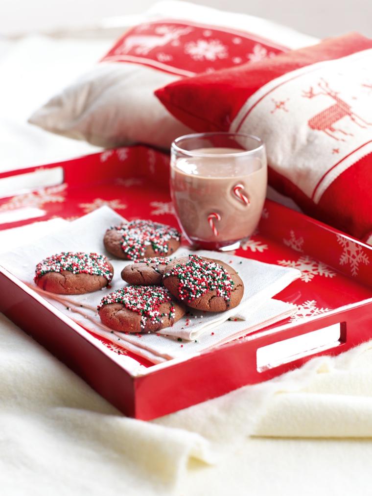 Biscotti semplici, impasto al cacao e decorazione con dei granelli di zucchero colorati