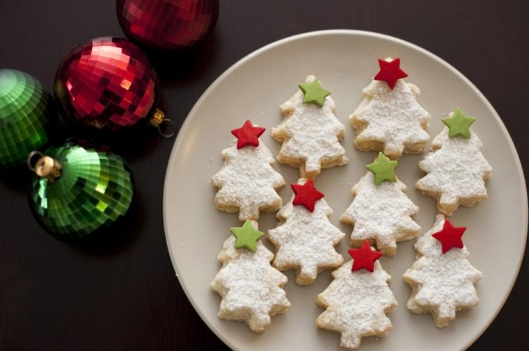 Biscotti semplici, forma albero di Natale con stelline di pasta di zucchero colorata