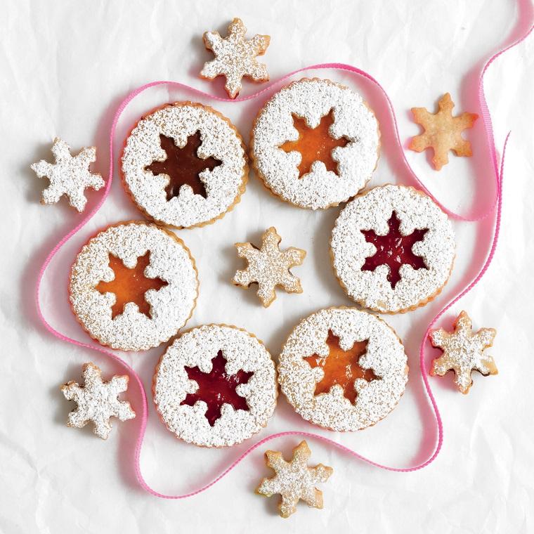 Dolci natalizi, biscotti dalla forma rotonda con ripieno di marmellata e una spolverata di zucchero a velo